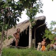 rodzina Huaorani na tle tradycyjnego domu