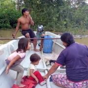 rodzina Huaorani podczas łowienia ryb