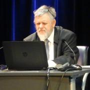 Prof. Michał Piotr Mrozowicki w trakcie wykładu z nieodłącznym laptopem i Power Pointem